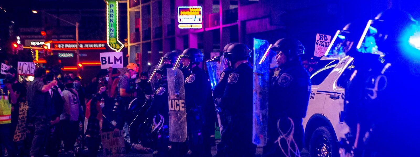 """Polizeieinsatzkräfte bei einer """"Black lives matter""""-Kundgebung in Las Vegas am 1. Juni 2020."""