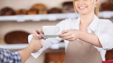 Young waitress giving coffee cup to customer in cafe, Serveuse, Bedienung, Kaffe, Café, servieren, Gast, Bäcker, Bäckerei, Morgen, Frühstück, Tee, Tea, thé