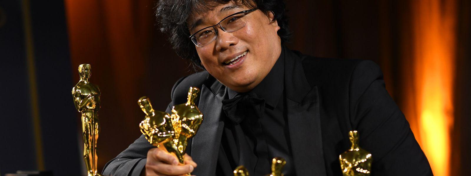 Regisseur Bong Joon Ho mit seinen Auszeichnungen.