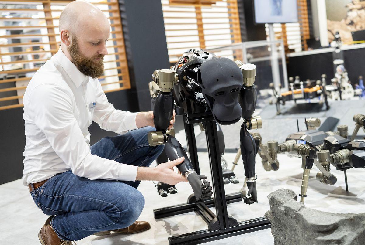 Ein Mitarbeiter des Deutschen Forschungszentrum für Künstliche Intelligenz DFKI, bringt einem Robotor-Chimpansen Handbewegungen bei.