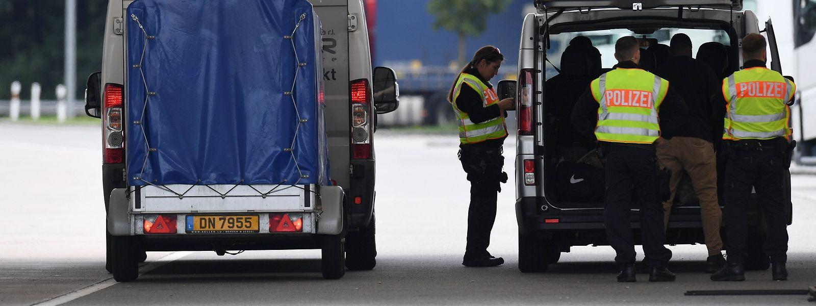 Grenzkontrolle der deutschen Polizei an der Grenze mit Österreich.