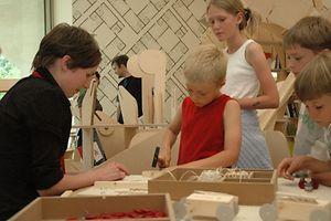 Fazer bricolagem é uma das actividades preferidas de muitas crianças, é lúdico e instrutivo