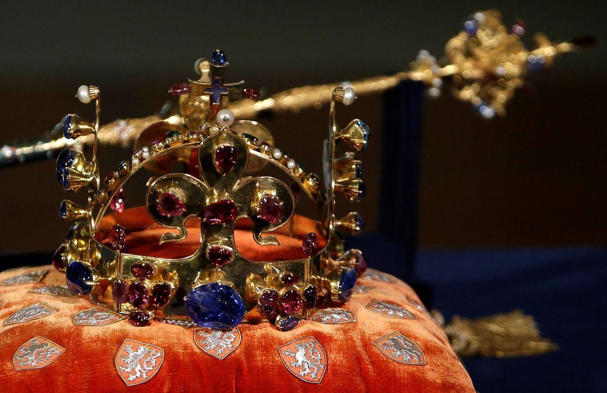 Die böhmische Krone wurden zum 700. Jubiläum von Kaiser Karl IV. in Prag ausgestellt.