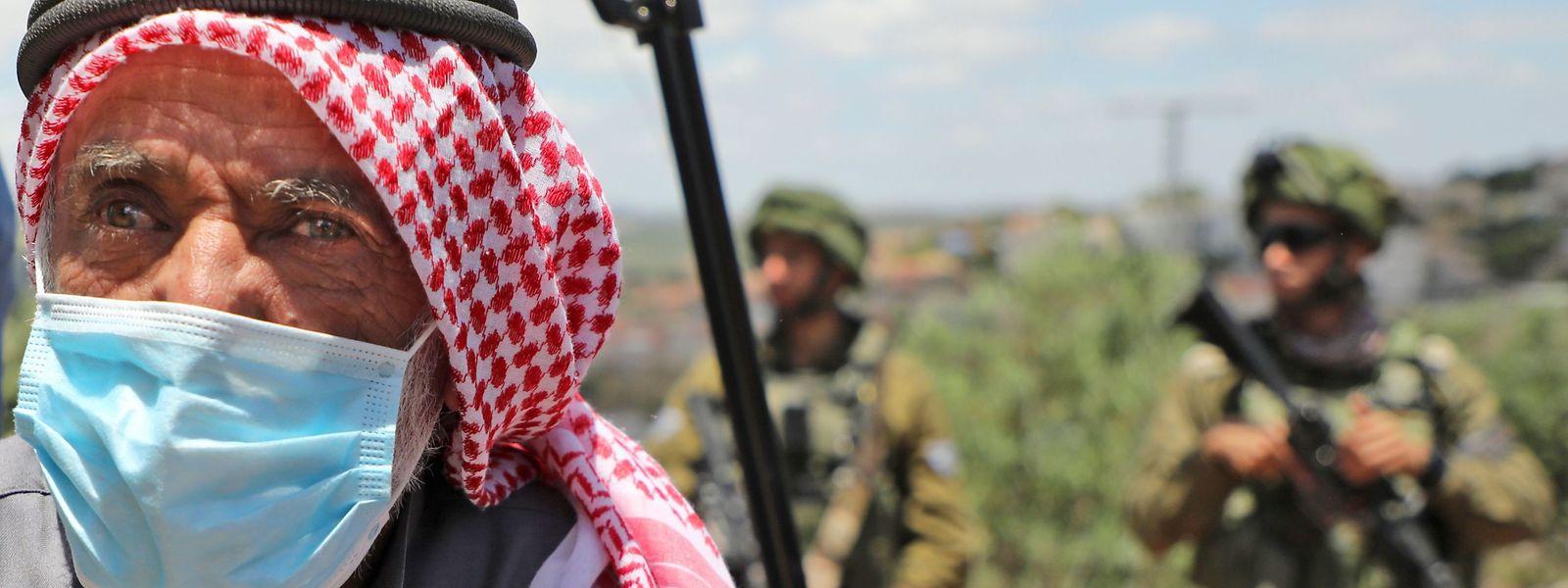 Un Palestinien, des soldats israéliens et un conflit interminable.