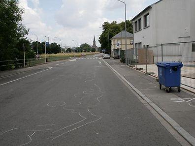 Spurensuche am Tag nach der Tat: Mit Kreide hatte der Mess- und Erkennungsdienst der Kriminalpolizei die Blutspuren in der Rue de Bouillon in Hollerich gekennzeichnet.