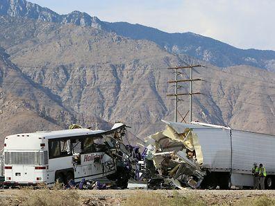 L'accident s'est produit vers 05H00 du matin (12H00 GMT) sur l'autoroute I-10, qui relie notamment Los Angeles à Phoenix, dans l'Arizona.