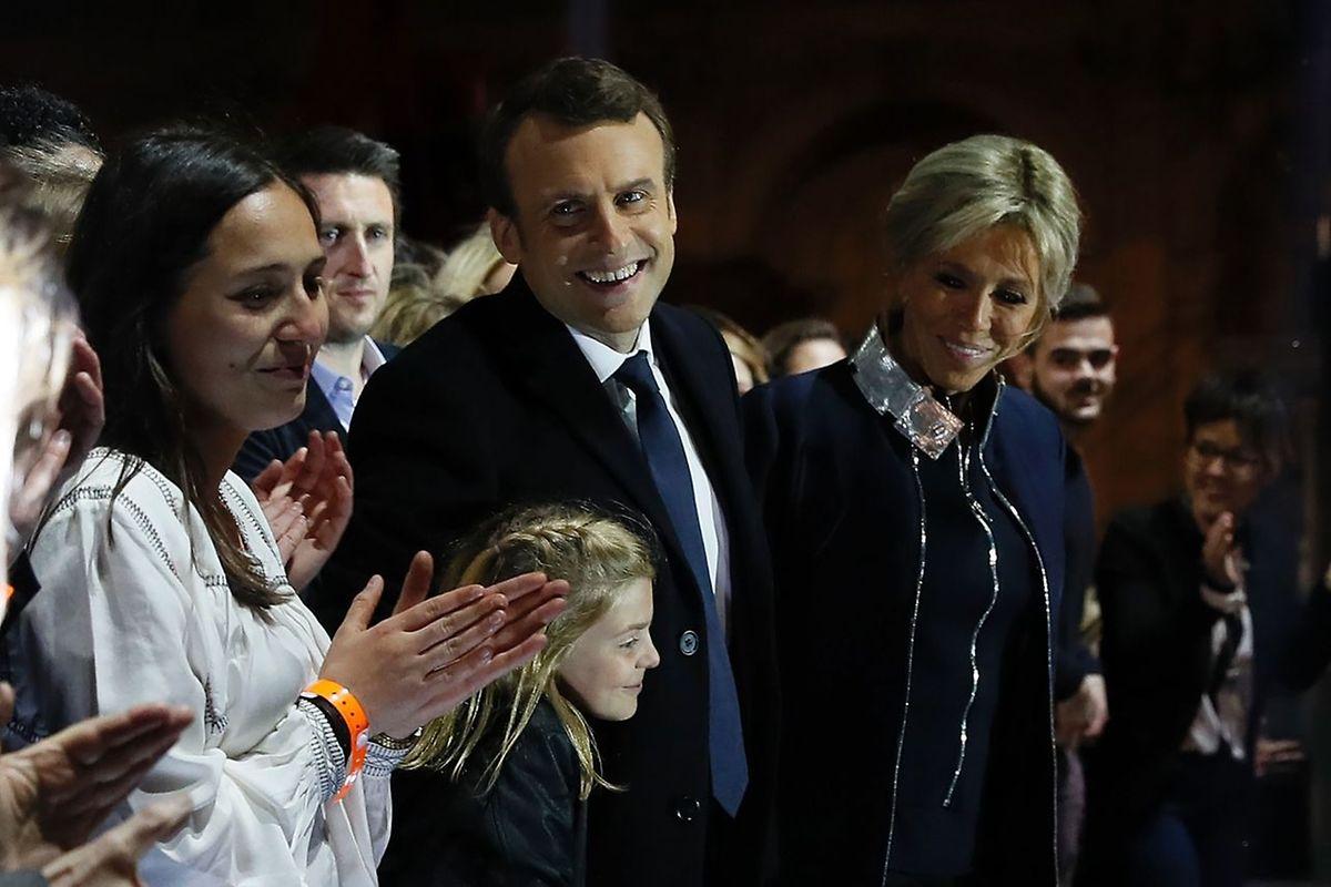 Glücklich und zufrieden, der künftige Präsident Frankreich mit seiner Frau.