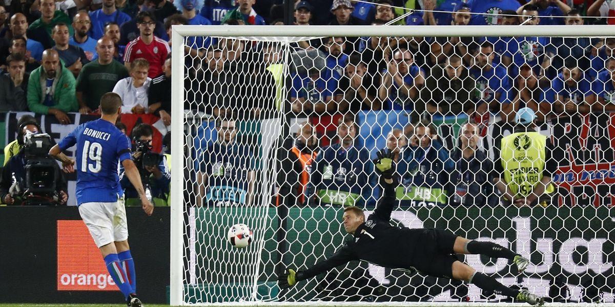 Deutschlands Torhüter Manuel Neuer zeigte im Elfmeterschießen eine hervorragende Leistung gegen Leonardo Bonucci und Co.
