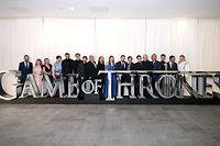 """12.04.2019, Großbritannien, Belfast: Die Schauspieler und Crewmitglieder von """"Game of Thrones"""" stehen hinter Buchstaben, die den Seriennamen bilden, vor der Premiere der achten Staffel von """"Game of Thrones"""" in der Waterfront Hall. Foto: Liam Mcburney/PA Wire/dpa +++ dpa-Bildfunk +++"""