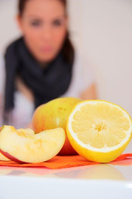 Zitronen enthalten Vitamin C, das als Antioxidans die Zellen vor freien Radikalen schützt.
