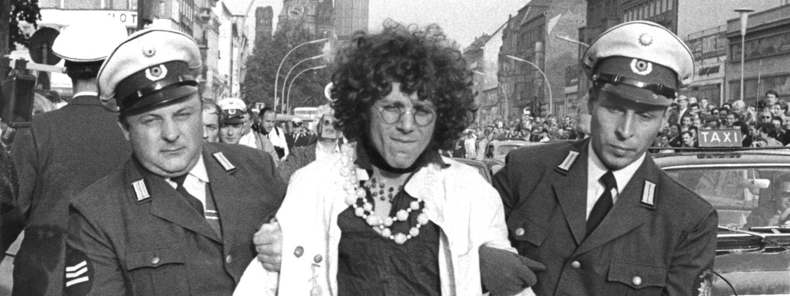 Rainer Langhans wird von zwei Polizeibeamten abgeführt: Am 30. September 1967 versammelten sich mehrere Hundert Jugendliche und Studenten auf dem Kurfürstendamm, um für den in Untersuchungshaft sitzenden FU-Studenten Fritz Teufel zu demonstrieren.