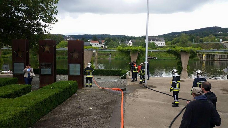 """Die Feuerwehr reinigte die Gedenkstätte nach der Demo """"von dem braunen Dreck"""", wie der Schengerer Bürgermeister Ben Homan es ausdrückte."""