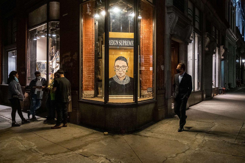 Ein Porträt von US-Richterin Ruth Bader Ginsburg wird Freitagnacht in New York ausgehangen.