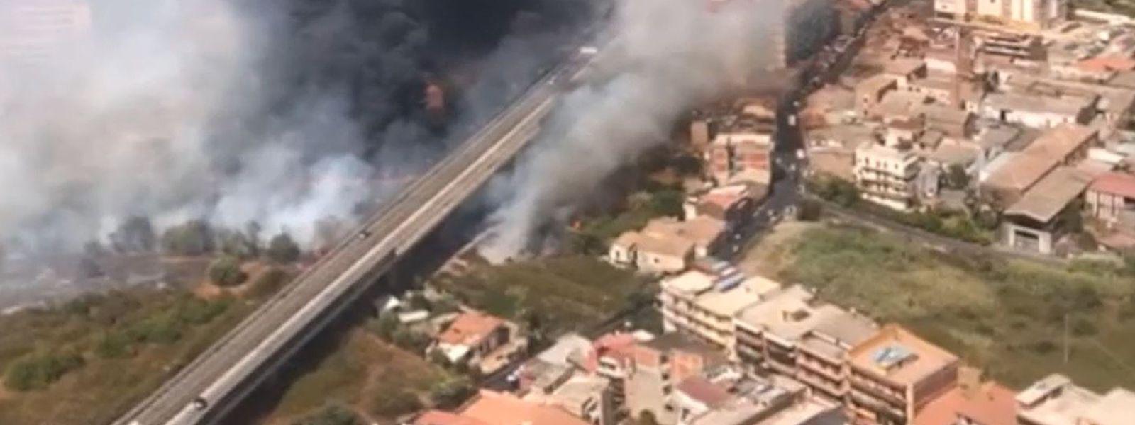 Blick aus einem Hubschrauber der Feuerwehr auf Brände neben der Via Palermo in Catania.