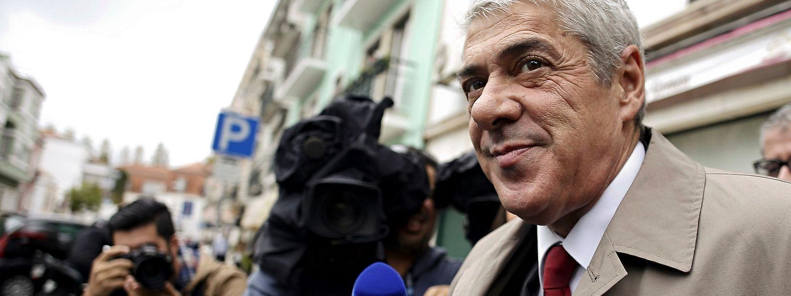 O ex-primeiro-ministro, José Sócrates à saída da casa de Mário Soares, um dia depois de ter deixado de estar em prisão domiciliária