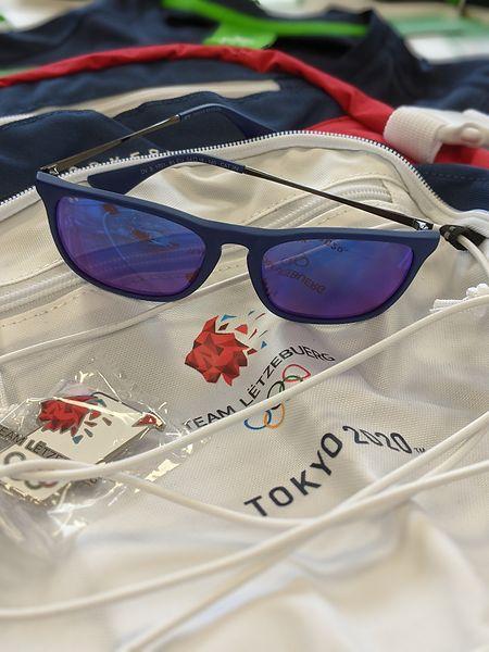 Auch Sonnenbrillen und Pins gehören zur Ausstattung.