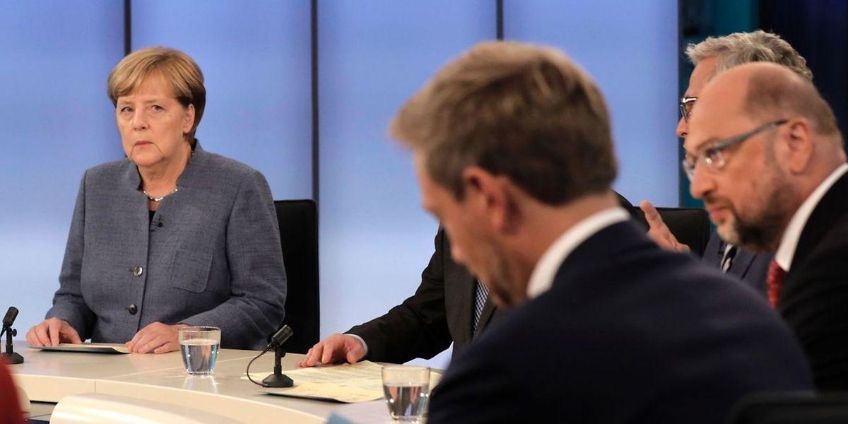 Kanzlerin Angela Merkel musste sich von Wahlverlierer Martin Schulz bei der TV-Debatte scharfe Vorwürfe anhören.