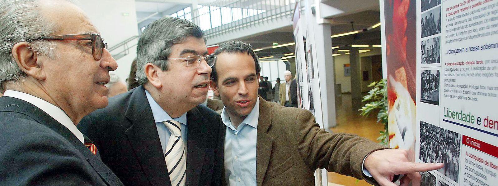 Pedro Adão e Silva (à direita) com Ferro Rodrigues (centro) e Almeida Santos na Convenção do Partido Socialista em fevereiro de 2004.