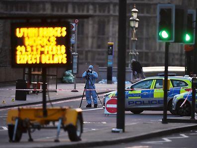 La police scientifique au travail sur le pont de Westminster où a eu lieu l'attaque