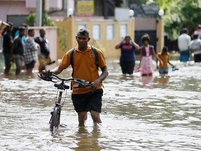 Opfer der Flutkatastrophe auf der Flucht.