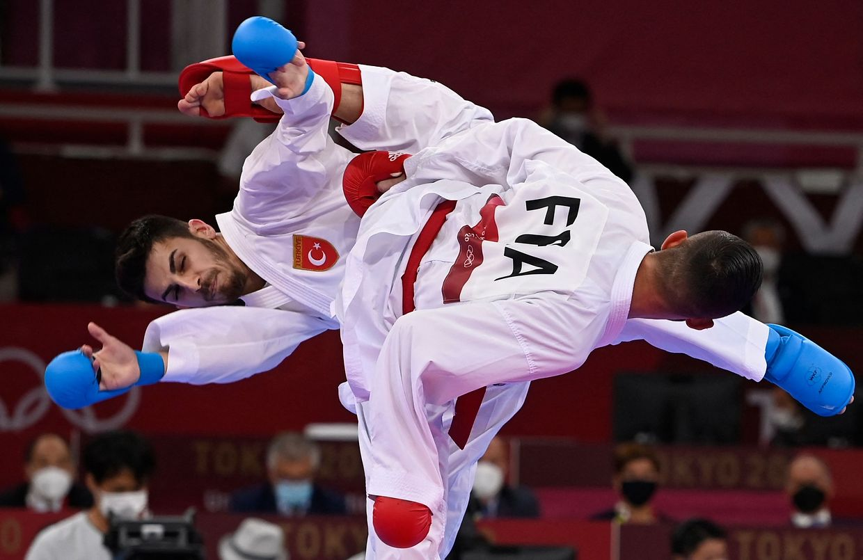 France's Steven Da Costa (R) competes against Turkey's Eray Samdan in the men's kumite -67kg final in the karate competition during the Tokyo 2020 Olympic Games at the Nippon Budokan in Tokyo on August 5, 2021. (Photo by Alexander NEMENOV / AFP)