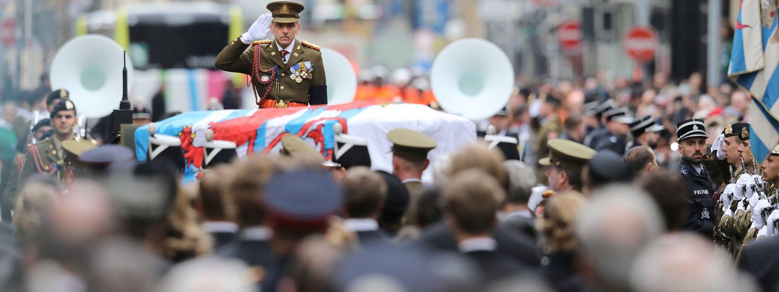 Letzter Salut für Großherzog Jean: Der Trauerzug mit dem Sarg des Monarchen kommt vor der Notre-Dame-Kathedrale an.