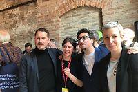 O artista plástico luso-luxemburguês, Marco Godinho, rodeado pelos curadores, Kevin Muhlen e Stilbé Schroeder, e pela ministra da Cultura, Sam Tanson.