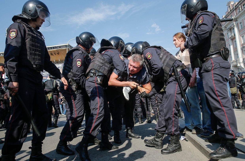 Auf dem Puschkinplatz im Zentrum von Moskau versammelten sich Augenzeugenberichten zufolge mehrere Tausend meist junge Menschen. Die Polizei sprach von 1.500 Personen.