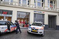 10.07.2021, Niederlande, Amsterdam: Polizei steht vor dem Studio von RTLBoulevard (oben r) am Leidseplein, das evakuiert wurde. Wenige Tage nach dem Mordanschlag auf den niederländischen Kriminalreporterde Vries ist am Samstag eine Fernsehsendung wegen Drohungen abgesagt worden. EinSprecherder Amsterdamer Stadtverwaltung erklärte, es sei eine ernstzunehmende Drohunggegen die Sendung eingegangen. Foto: Evert Elzinga/ANP/dpa +++ dpa-Bildfunk +++