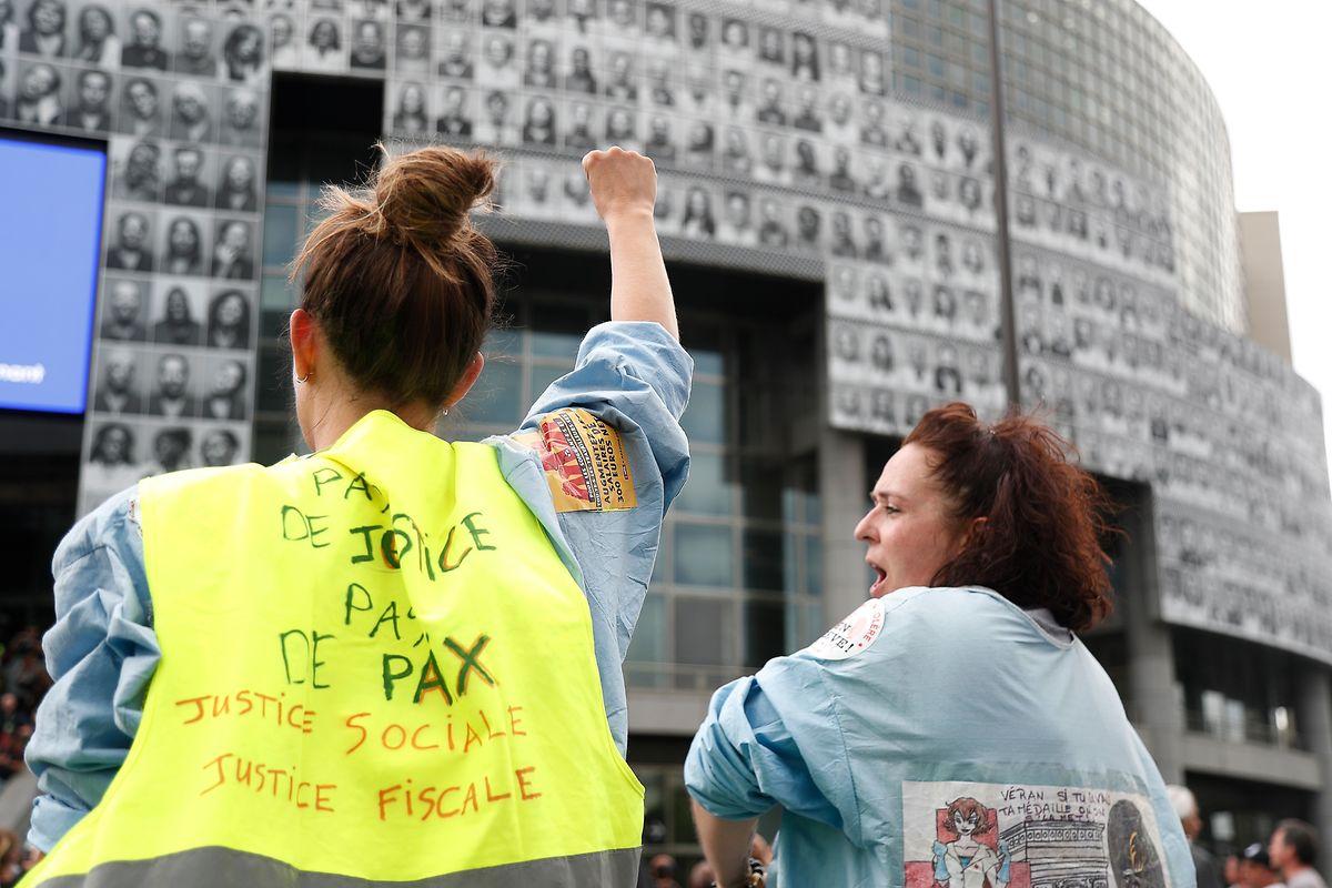 Protest in gelben Westen für bessere Arbeitsbedingungen im Gesundheitssektor.