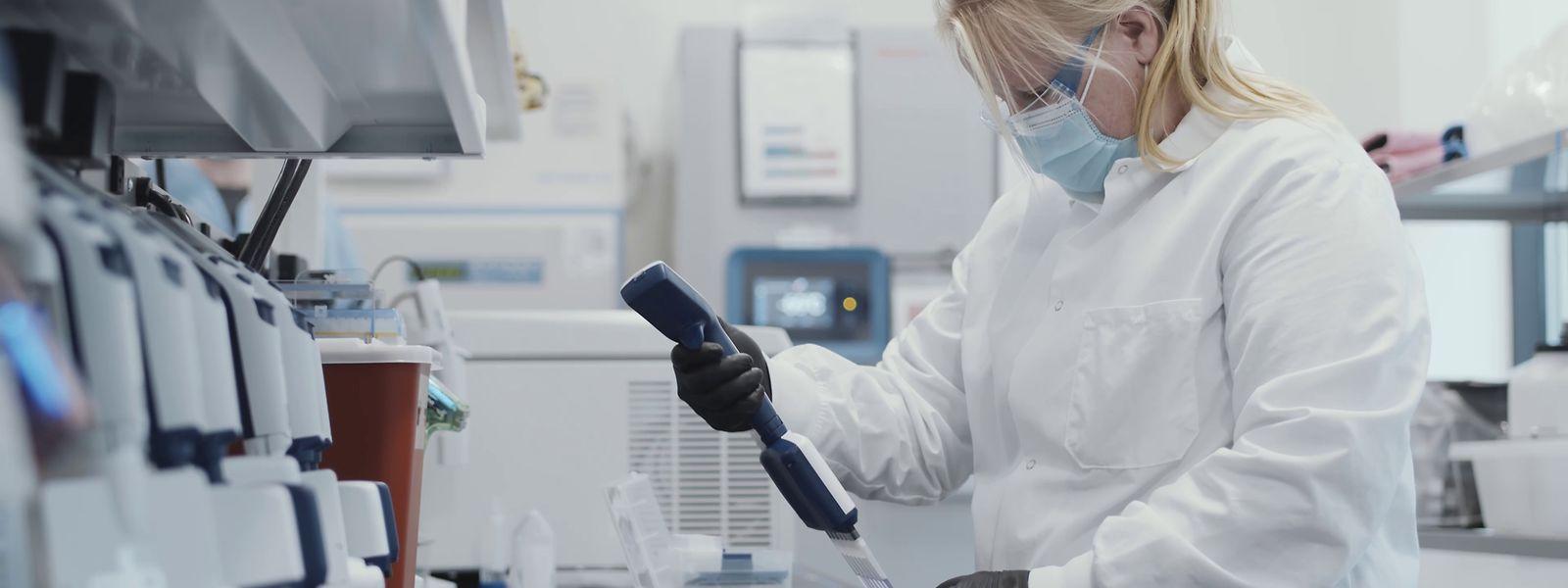Eine Mitarbeiterin des US-Pharmakonzerns Moderna, die an der Herstellung eines Corona-Impfstoffs arbeitet. Der US-Pharmakonzern Moderna will als erstes Unternehmen die Zulassung für einen Corona-Impfstoff in der EU beantragen.