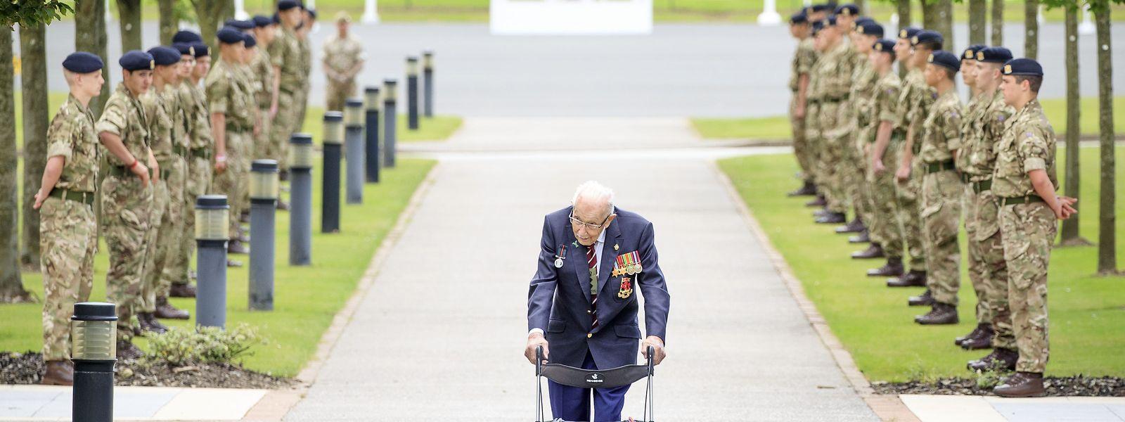 Archivfoto: Kapitän Sir Tom Moore läuft während eines Besuchs des Army Foundation College in Harrogate, North Yorkshire, als Teil seiner neuen Rolle als Ehrenoberst der nördlichen militärischen Ausbildungseinrichtung eine Ehrengarde ab. Der 100 Jahre alte britische Rekordspendensammler ist nach einer Corona-Infektion verstorben.