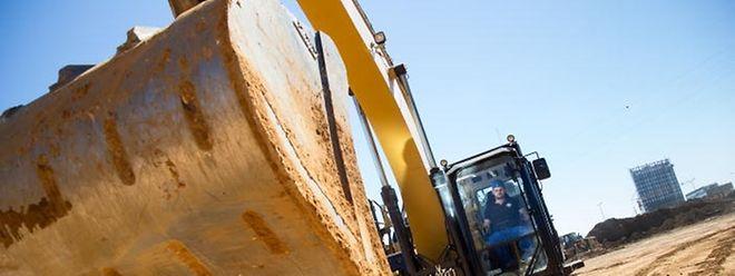 Bauarbeiter planieren das Gelände am Rande des Kirchbergs, wo bald schon das Trambahndepot entstehen wird.