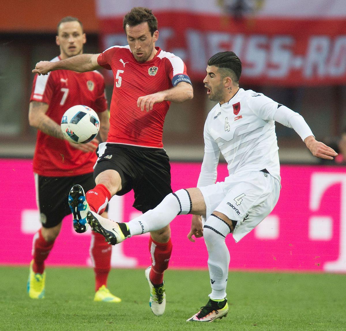 Elsaid Hysaj (r.), hier im Duell mit Österreichs Christian Fuchs, steht derzeit beim SSC Neapel unter Vertrag.