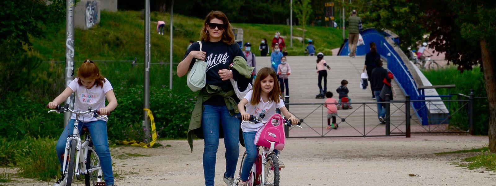 En Espagne, les enfants ont enfin été autorisés dimanche à jouer dans les rues. Une bouffée d'oxygène.