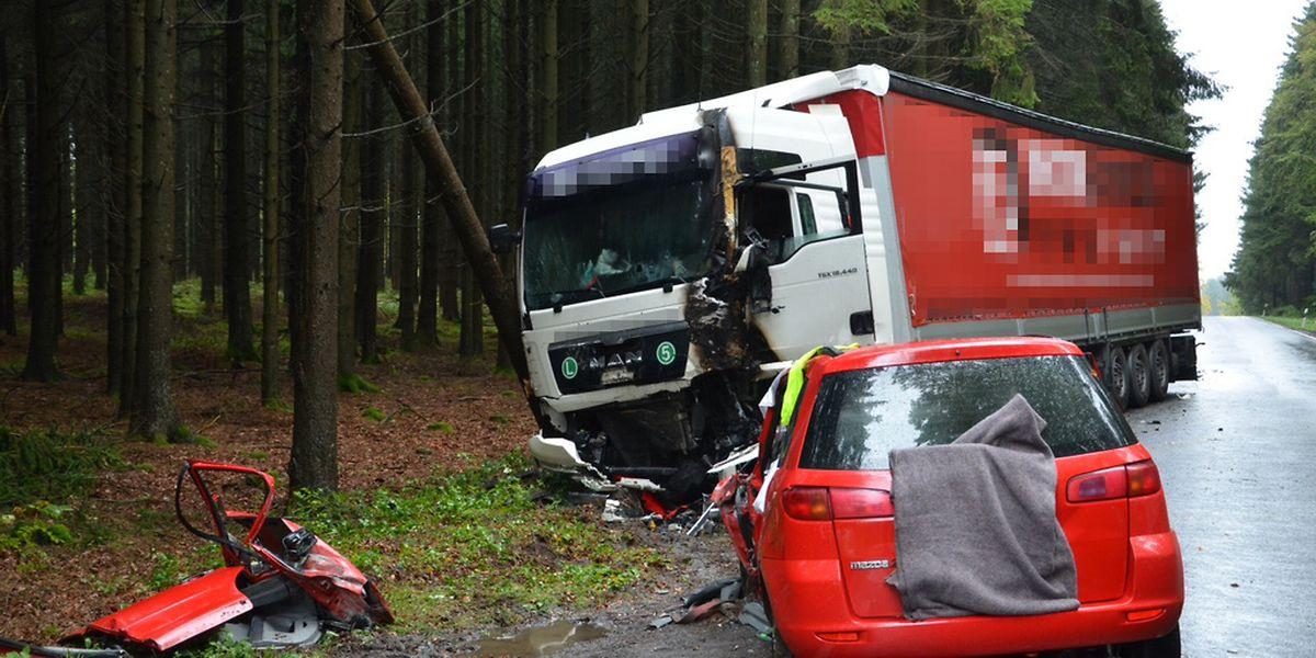 Zwischen beiden Fahrzeugen brach ein Brand aus, der erst von der Feuerwehr gelöscht werden konnte.