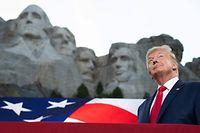 Donald Trump vor dem monumentalen Nationaldenkmal von Mount Rushmore mit den vier in Stein gemeißelten Köpfen von Ex-Präsidenten.