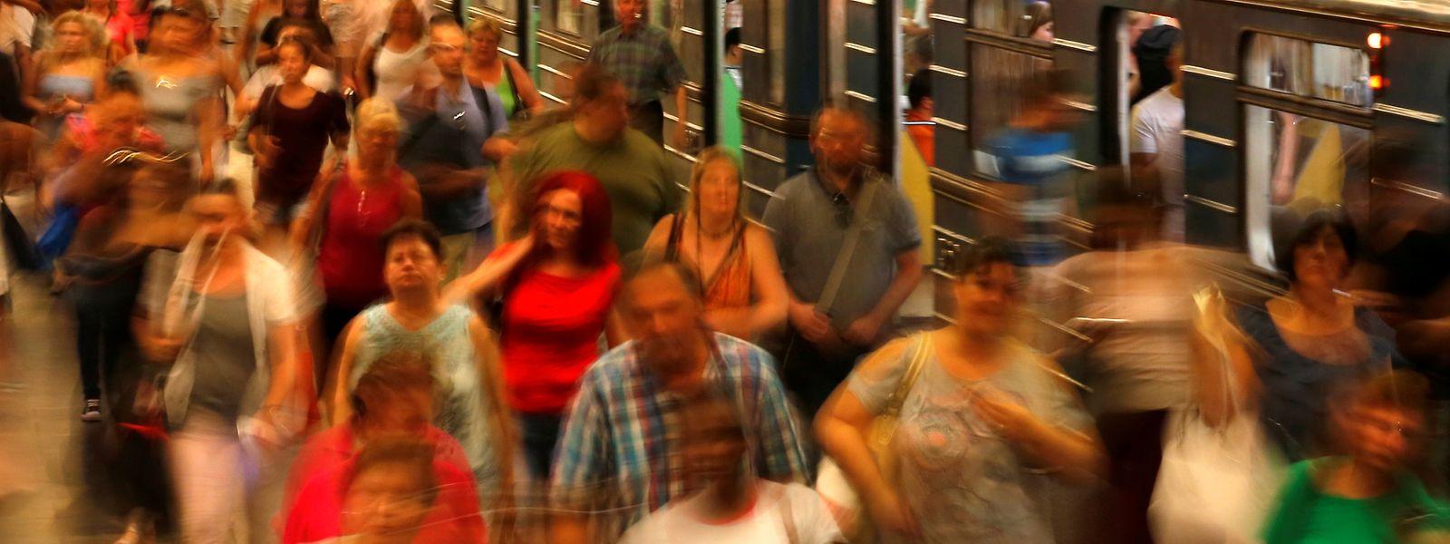 Bitte nicht drängeln: In Bahn und U-Bahn geht es heute schon zur Rush-Hour eng zu.