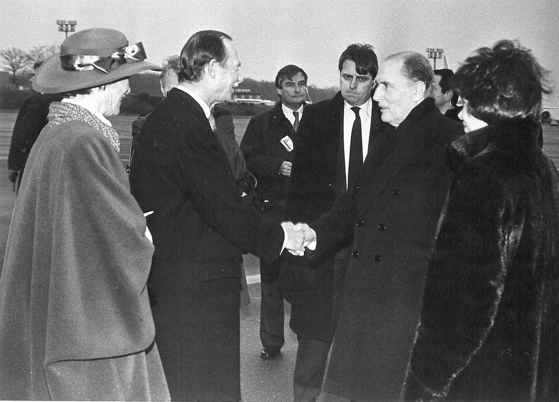 Le grand-duc Jean et la grande-duchesse Joséphine-Charlotte accueillent le président français et son épouse Danielle Mitterrand.