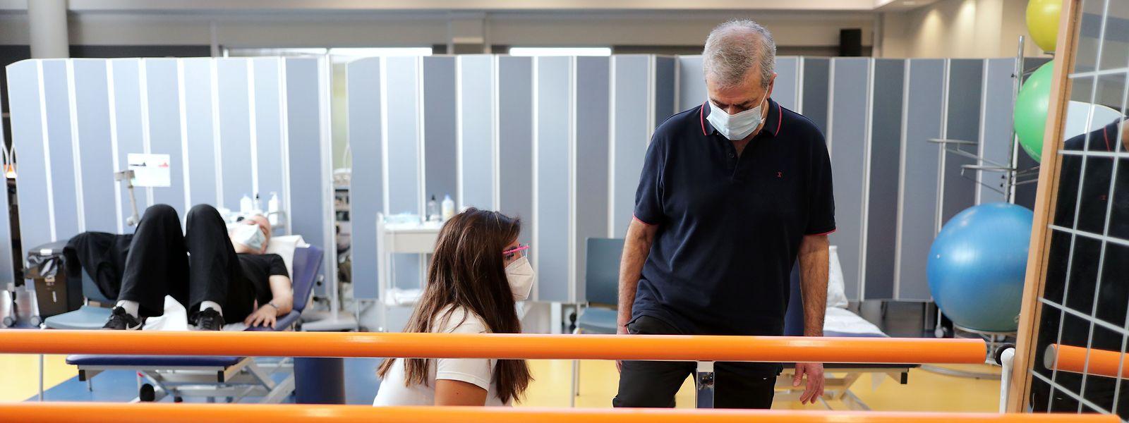 Fernando Soares, 67 anos, esteve internado no Hospital Santos Silva, em Gaia, nos cuidados intensivos cerca de um mês e mais um em enfermaria. Numa sessão de fisioterapia no Centro de Reabilitação do Norte (CRN), em Gaia.