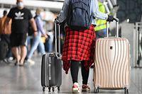 ARCHIV - Zum Themendienst-Bericht vom 2. Juli 2020: Reisende, die aus Covid-19-Risikogebieten zurückkehren, müssen in einigen Bundesländern in Quarantäne. Dann kann für Berufstätige ein Lohnausfall drohen. Foto: Arne Dedert/dpa/dpa-tmn - Honorarfrei nur für Bezieher des dpa-Themendienstes +++ dpa-Themendienst +++