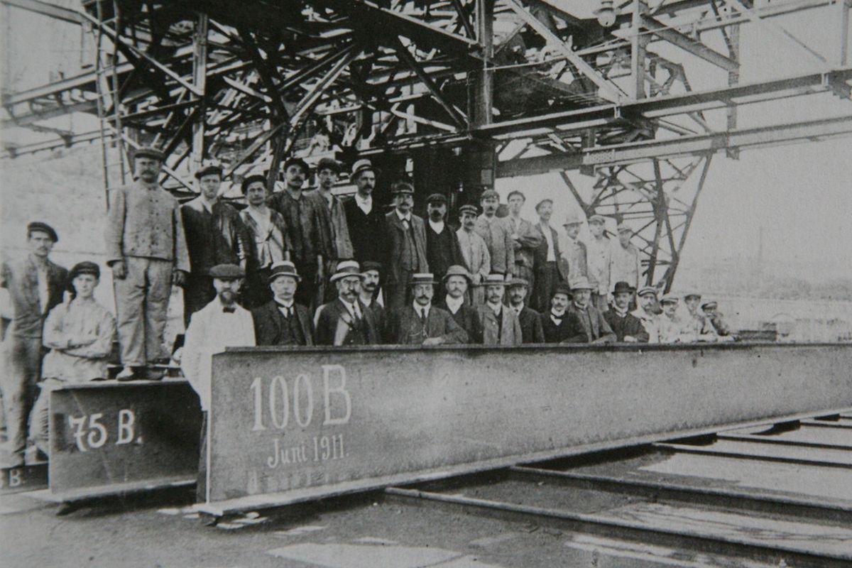 m Jahr 1911 wird der erste ein Meter hohe Grey-Stahlträger in Differdingen gewalzt.