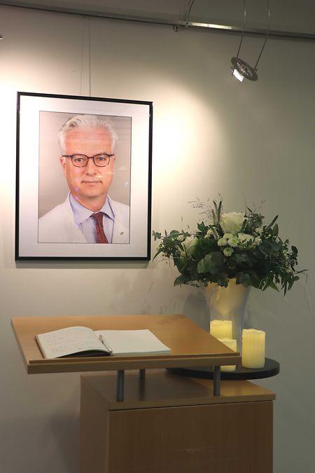 Das ausgelegte Kondolenzbuch für Fritz von Weizsäcker und ein Foto des Mediziners.