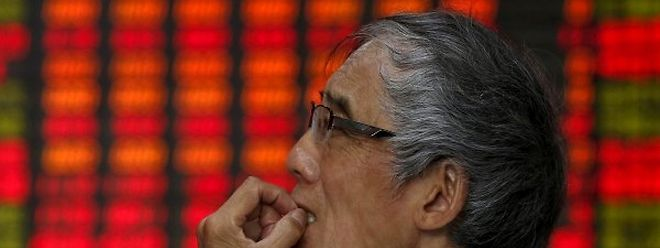 Nicht nur die Broker in Shanghai blicken besorgt auf die Kurse. nic board showing stock information at a brokerage house in Shanghai, China, July 10, 2015. Chinese stocks rose strongly for a second day on Friday, buoyed by a barrage of government support measures, but worries persist about the long-term impact that four weeks of stock market turmoil may have on the world's second-largest economy. REUTERS/Aly Song      TPX IMAGES OF THE DAY