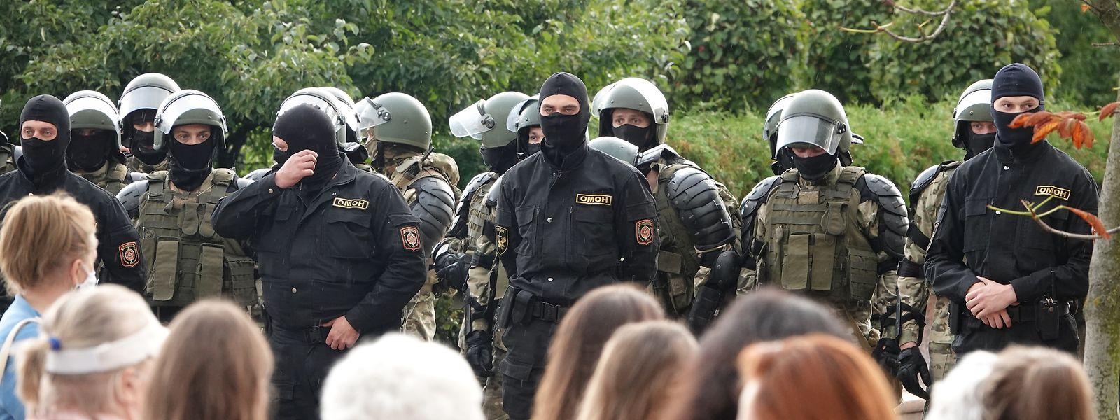 Demonstranten und Einsatzkräfte der Sonderpolizei OMON stehen sich am Unabhängigkeitsplatz in Minsk gegenüber.