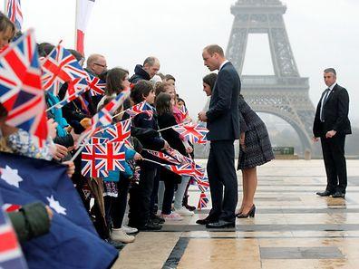 William et Kate, duc et duchesse de Cambridge, étaient à Paris le week-end dernier. En hommage aux victimes de l'attentat de Londres, la tour Eiffel sera éteinte dès minuit.