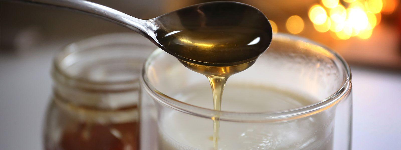 Honig und heiße Milch gegen Halsschmerzen: Altbewährte Hausmittel sind immer noch beliebt. Jeder Zweite greift regelmäßig darauf zurück.