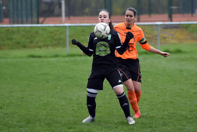 Gabriela De Lemos (Junglinster) protège son ballon devant Céline Champenois (Colmar-Berg)