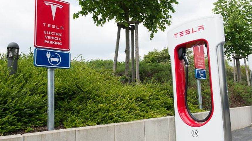 Um die Akkus des Fahrzeuges aufzuladen, wollen die vier Frauen an den sogenannten Supercharger-Ladestationen halten. In Luxemburg werden sie deswegen am Hotel Légère halten.