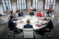 25.08.2019, Frankreich, Biarritz: Frankreichs Präsident Emanuel Macron (M hinten), spricht bei der ersten Arbeitssitzung beim G7-Gipfel während daneben (r im Uhrzeigersinn), Bundeskanzlerin Angela Merkel (CDU), Kanadas Premierminister Justin Trudeau, der britische Premierminister Boris Johnson, EU-Ratspräsident Donald Tusk, der amtierende Premierminister Italien, Giuseppe Conte, Japans Premierminister Shinzo Abe und US Präsident Donald Trump sitzen. Der G7-Gipfel findet vom 24.-26. August in Biarritz statt. Foto: Michael Kappeler/dpa +++ dpa-Bildfunk +++